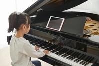 ピアノを習う女の子