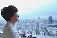 遠くを眺める日本人のシニア女性