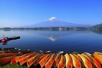 山梨県 河口湖 朝の残雪富士とボートと逆さ富士