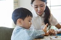 テーブルで遊ぶ母と子供