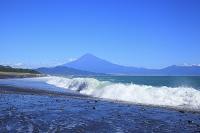 静岡県 三保海岸から望む初秋の富士山と波