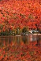 カナダ ローレンティッド高原 湖と紅葉