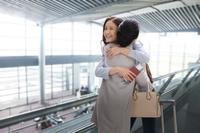 空港で抱き合う母娘