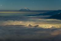 長野県 高ボッチ 雲海と街明りと富士山