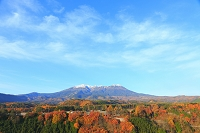 長野県 開田高原 冠雪した御岳山と紅葉