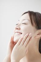 手を頬にあてる日本人女性