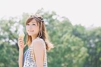 ソフトクリームを食べる日本人女性