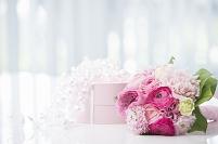 花のブーケとプレゼント