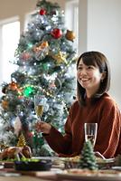 シャンパングラスを持ち微笑む日本人女性