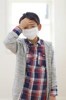 マスクをした体調不良の小学生