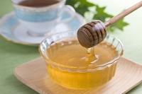 蜂蜜をハニーディッパーで掬う