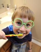 歯を磨く外国人の男の子