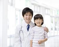 女の子の肩を抱く医師