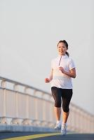 ジョギングする日本人女性