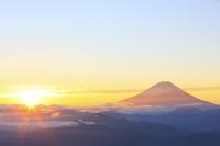 山梨県 櫛形山林道より望む夜明けの富士山と朝日