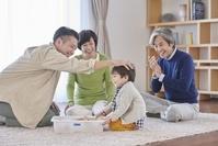 おもちゃで遊ぶ日本人の三世代家族