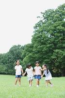 芝生で遊ぶ日本人女の子たち