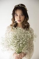 カスミソウを持つ日本人女性