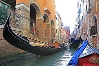イタリア ヴェネチア ベニスの運河とゴンドラと街並み