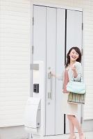 玄関のドアを開ける日本人女性
