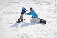 スノーボードのレッスンを受ける男の子