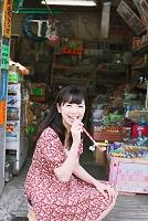 駄菓子屋さんにいる女性