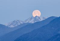 長野県 乗鞍岳と満月