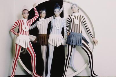 モードの革命家と謳われた仏ファッションデザイナー、ピエール・カルダン