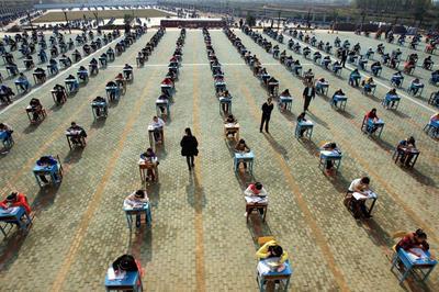 中国 だだっ広い校庭で試験