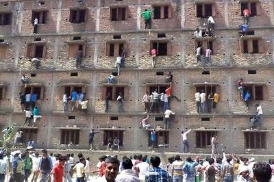 インド 学校の壁からカンペを渡す保護者