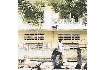 カンボジア 試験場の外からカンペを渡す仲間