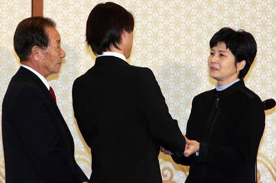 北拉致被害者家族が金賢姫と面会(2009年3月11日)