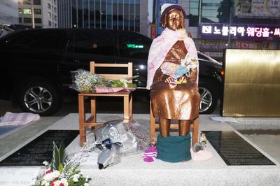 慰安婦像(釜山・日本領事館前)