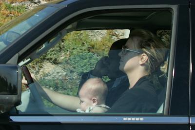 子どもを膝に乗せて運転し非難を浴びる!