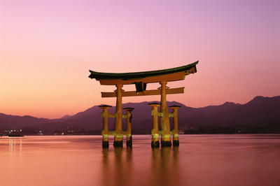 清盛が生涯深く信仰した: 厳島神社(宮島)