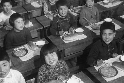 援助物資で学校給食開始(1947年1月)