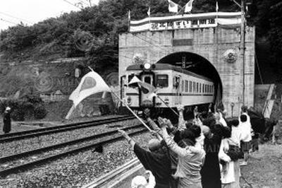 北陸トンネルが開通(1962年6月)