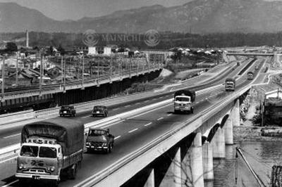 名神高速道路が全線開通(1965年)