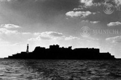 長崎県の端島(通称:軍艦島)の炭鉱が閉鎖で無人島に(1974年)