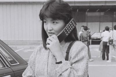 NTTが携帯電話「ショルダーフォン」を発売(1985年)