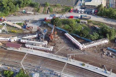 台湾で特急列車の脱線事故