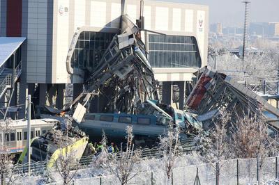 トルコで高速鉄道の衝突事故
