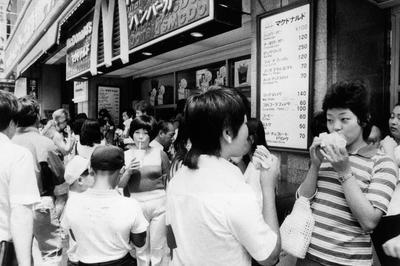 日本マクドナルド1号店・銀座で開業(1971年7月)