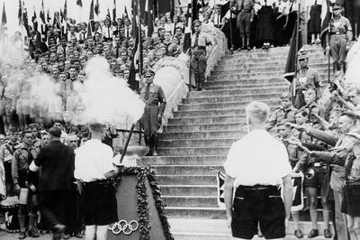 近代オリンピックで初の聖火リレーを実施