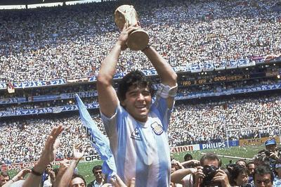 11月25日 サッカー界のレジェンド、マラドーナ氏が60歳で死去