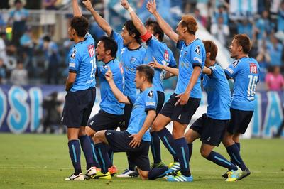 J2岐阜戦でゴールを決め、みなでカズダンス