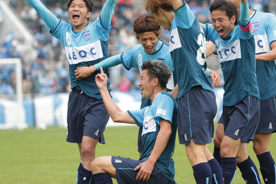 J2長崎戦でゴールを決め、みなでカズダンス