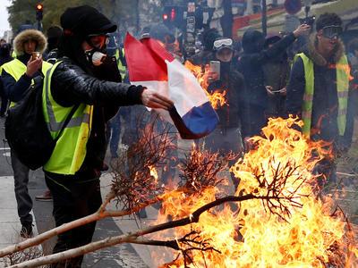 フランスは燃料税の増税を延期