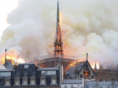 ノートルダム大聖堂で火災