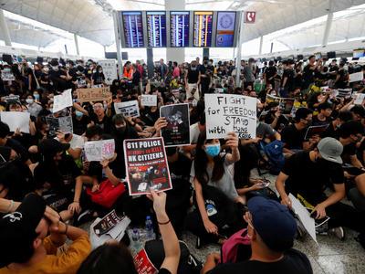 デモ隊により香港空港全便欠航